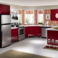 дизайн просторной кухни с окном