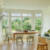 дизайн кухни с окном во всю стену