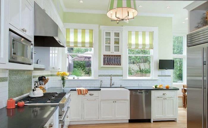 оливковая кухня с двумя окнами