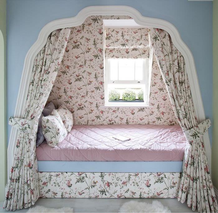 кровать в нише с балдахином