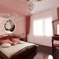 маленькая спальня с двуспальной кроватю