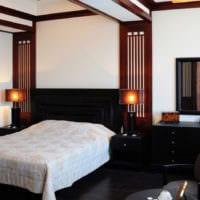 маленькая спальня с черной кроватью