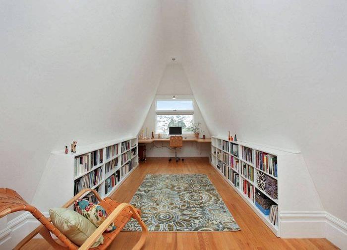 дизайн библиотеки в мансарде