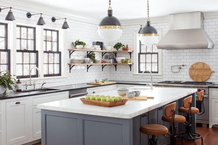 дизайн кухни с двумя окнами