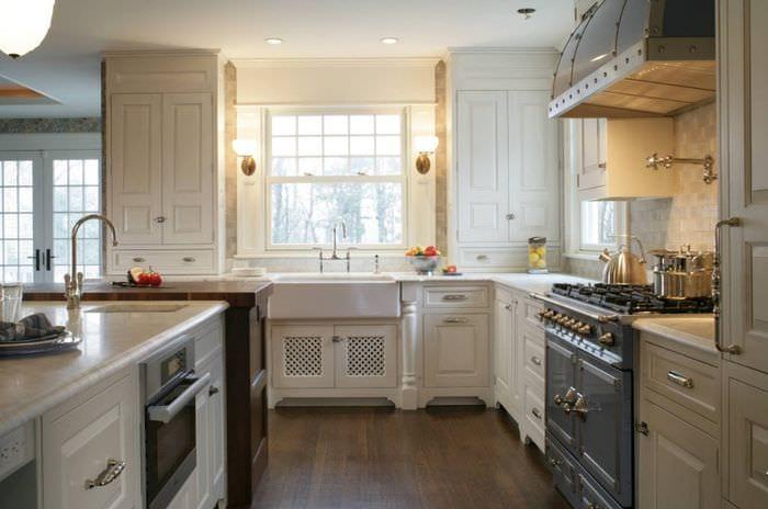 кухня с окном в стиле прованс