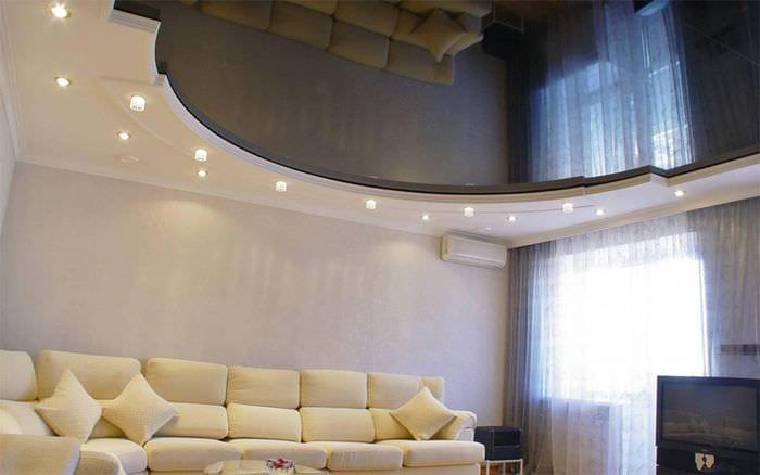 потолок из пленки в гостиной