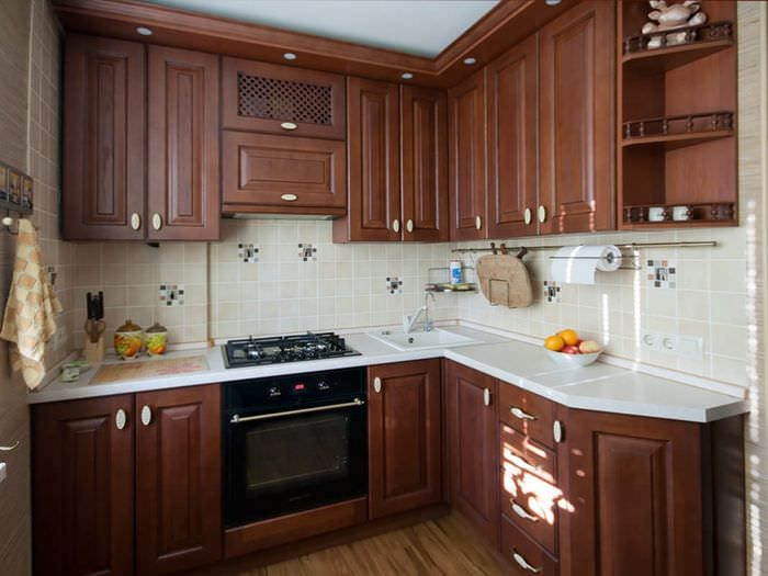гарнитур из дерева на кухне