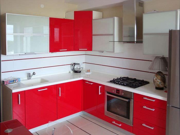 красный гарнитур на кухне в хрущевке