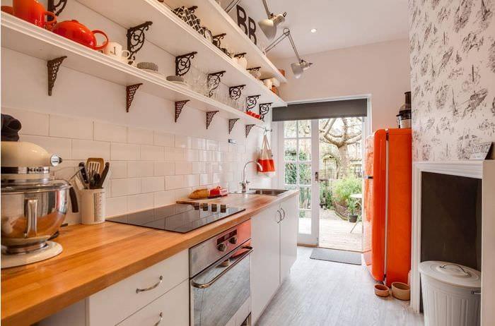 интерьер кухни без верхних шкафов с полками