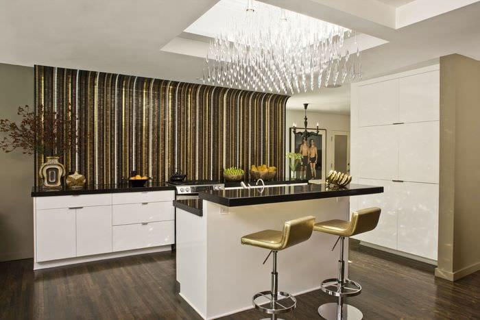 кухня без верхних шкафов с барной стойкой