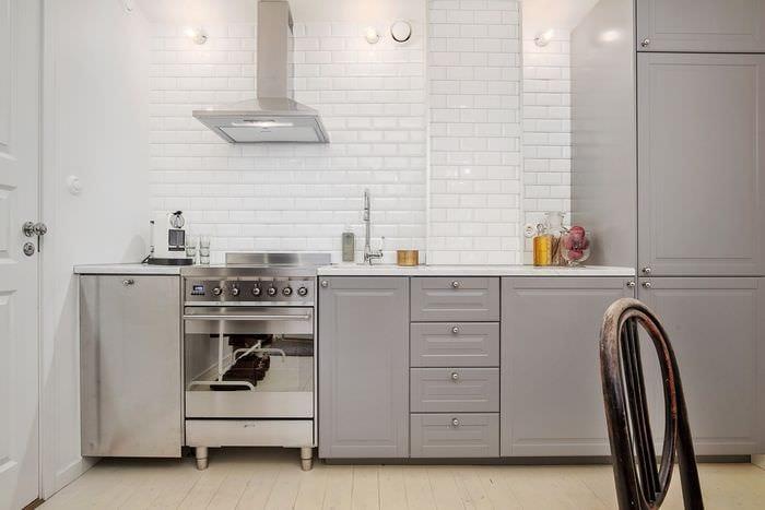 серый гарнитур и вытяжка на кухне