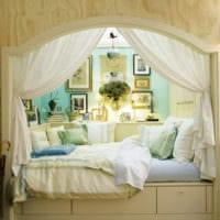 очаровательная кровать в нише