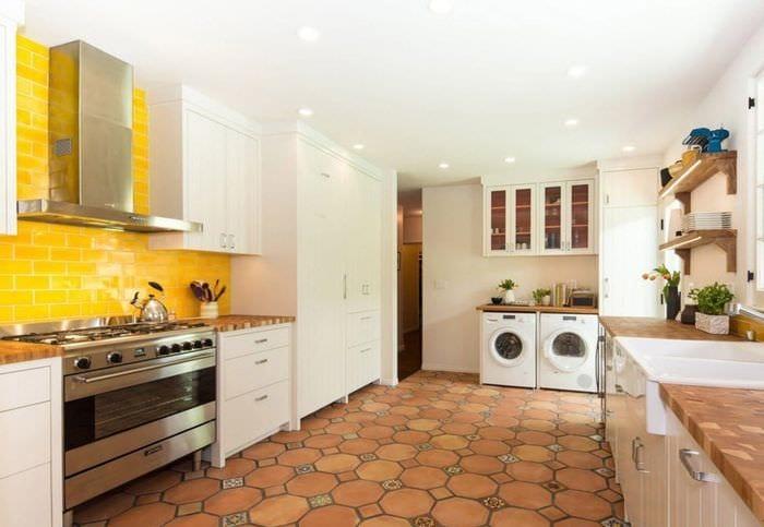 интерьер кухни с плиткой