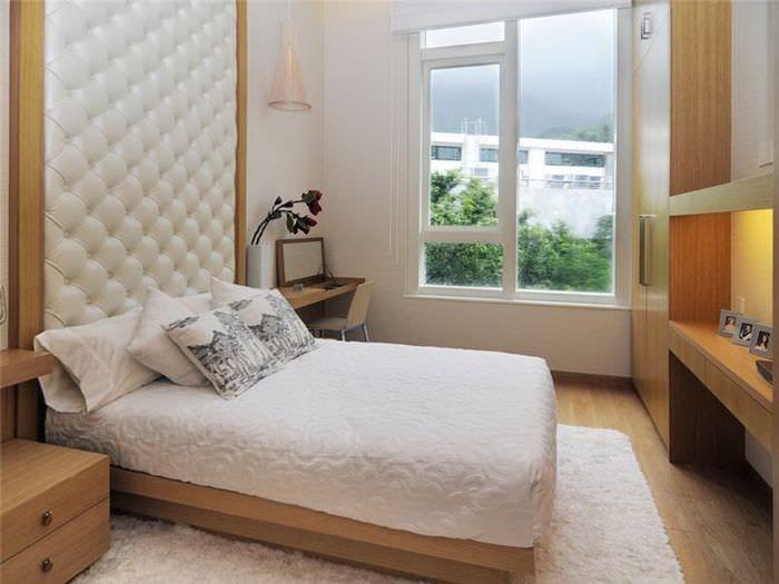 интерьер небольшой спальни в светлых тонах