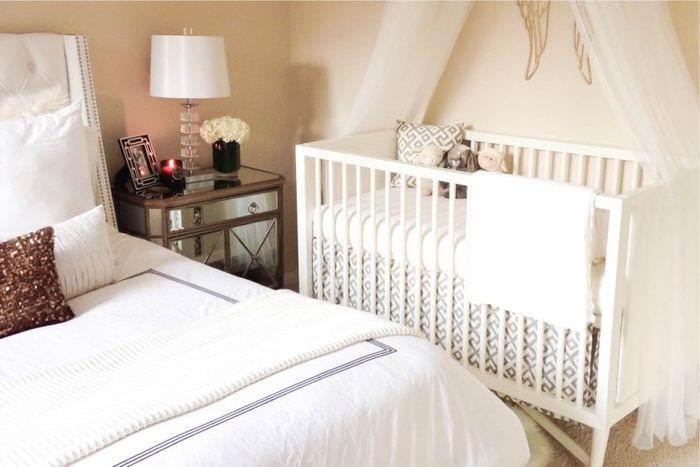 интерьер спальни с кроваткой