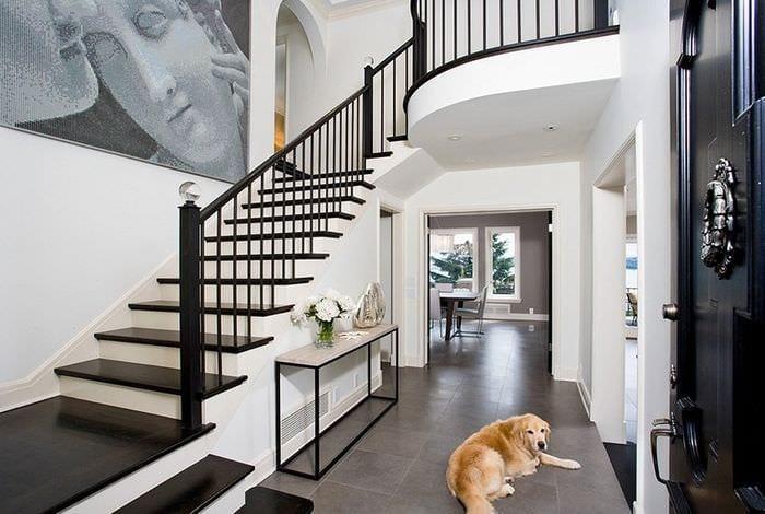 дизайн прихожей с лестницей