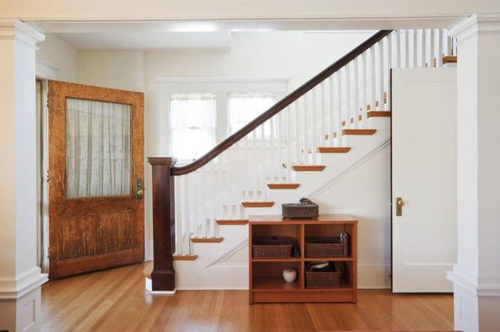 фото прихожей с лестницей