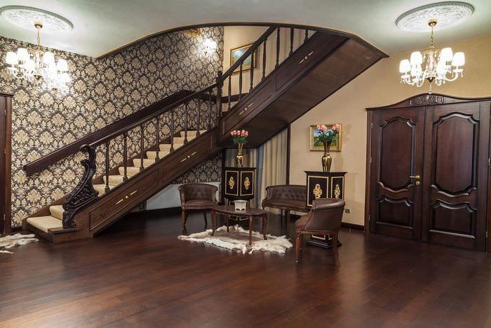 прихожая в доме с лестницей
