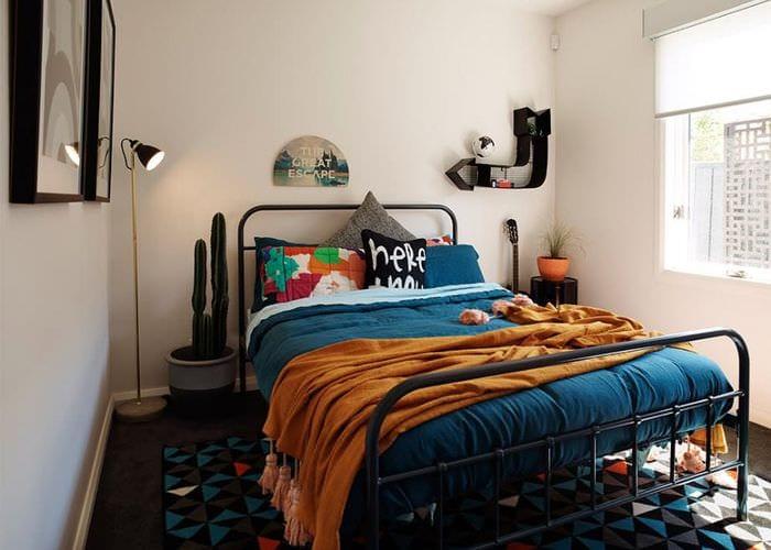 яркий декор спальни 16 кв м