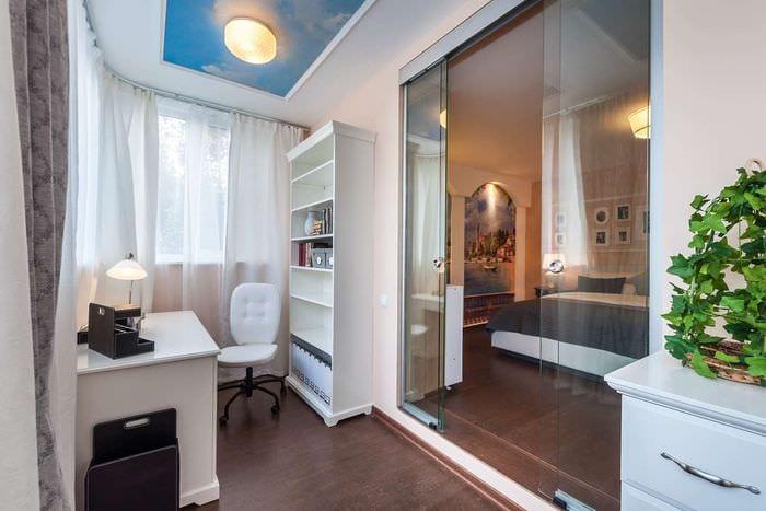 спальня с кабинетом на балконе