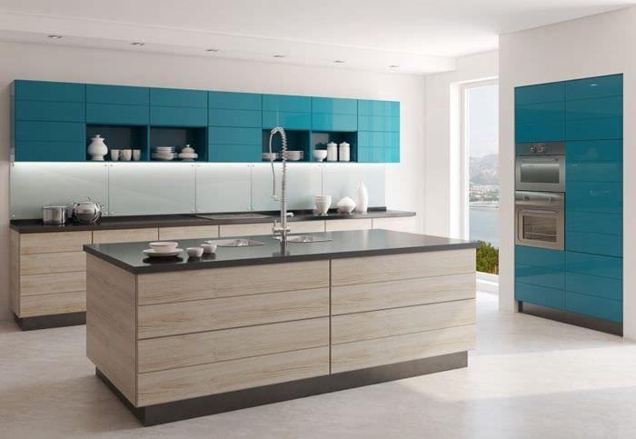 дизайн светлой кухни с акцентами