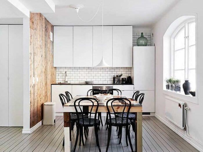 светлая кухня с деревянными панелями