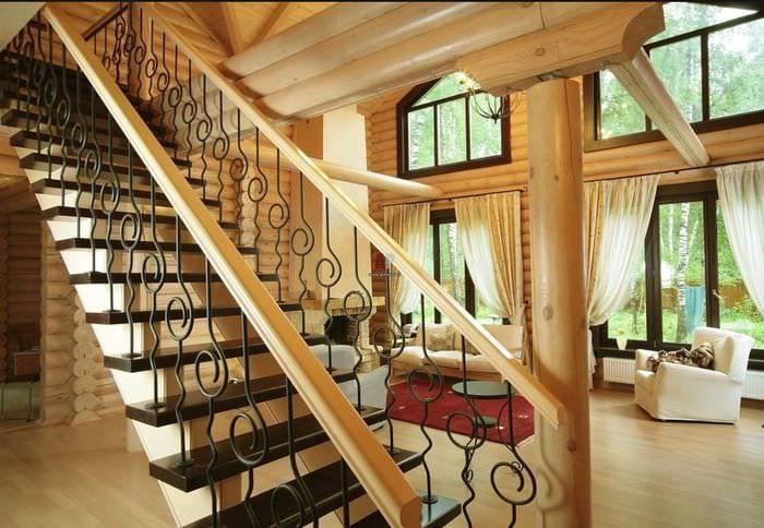 лестница в прихожей кантри