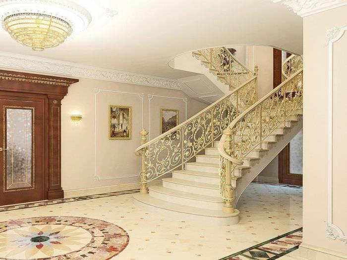 классическая лестница в прихожей