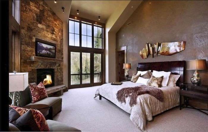 спальня мансарда с камином