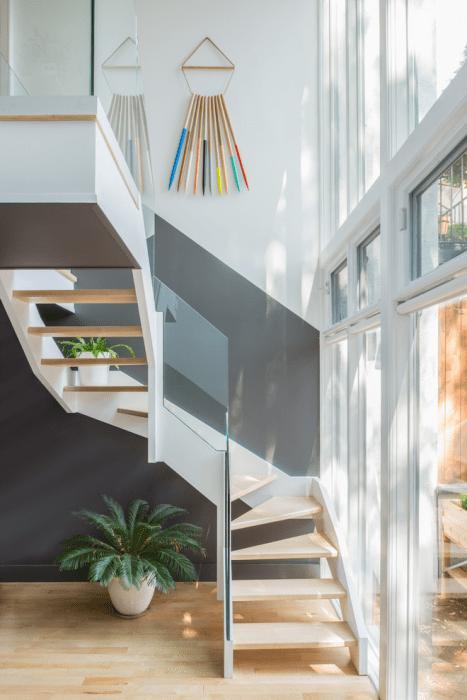 красивая лестница в прихожей