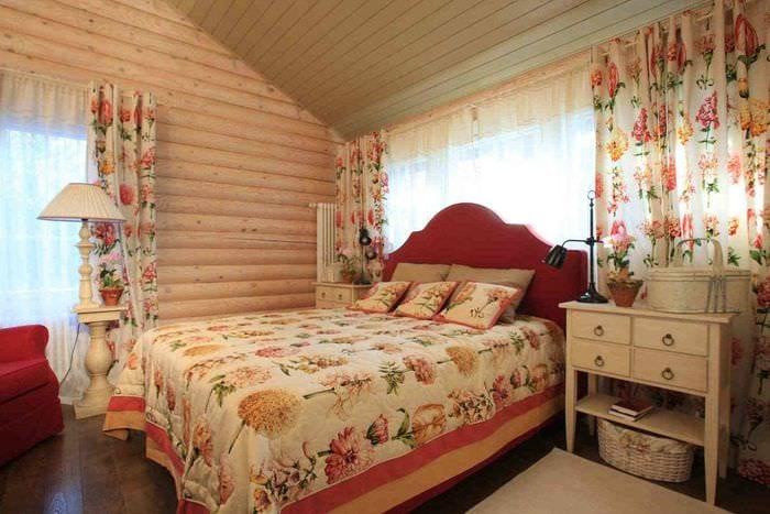 потолок в спальне с бревенчатыми стенами