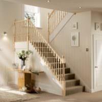 лестница в прихожей в доме