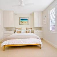 прямоугольная спальня 16 кв м с навесными шкафчиками