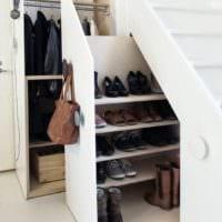 шкафы и полки под лестницей