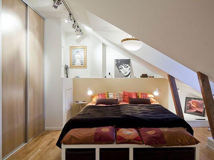 дизайн спальни мансарды