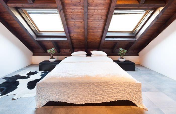 спальня на мансарде окна