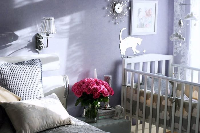 оформление спальни с детской кроваткой