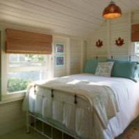 спальня в деревянном доме в белом цвете