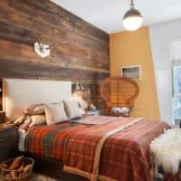 спальня в деревянном доме с натуральной древесиной