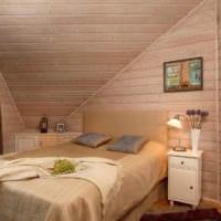спальня в деревянном доме со скошенным потолком