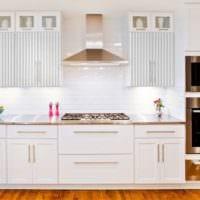 стильный дизайн светлой кухни