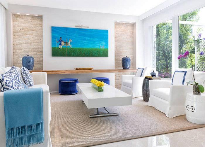 светлый дизайн прямоугольной гостиной