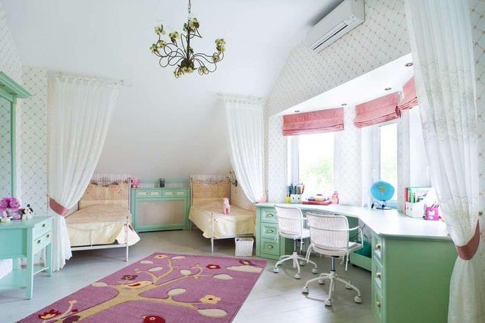 длинный стол в детской комнате