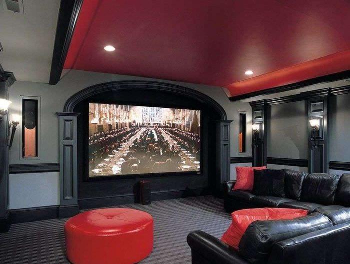 домашний кинотеатр в красно черных тонах