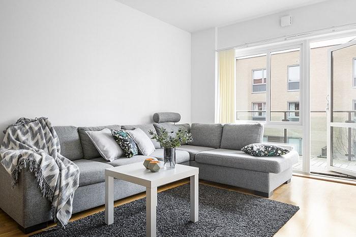 Большой серый диван