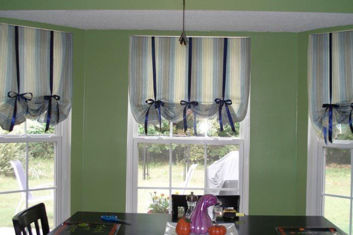 Английские шторы в приподнятом состоянии на окне в гостиной