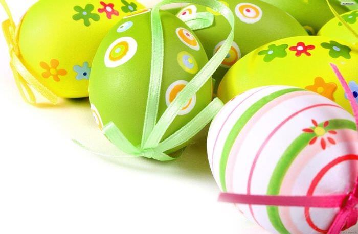 Пасхальные яйца с бантиками для декорирования праздничного интерьера