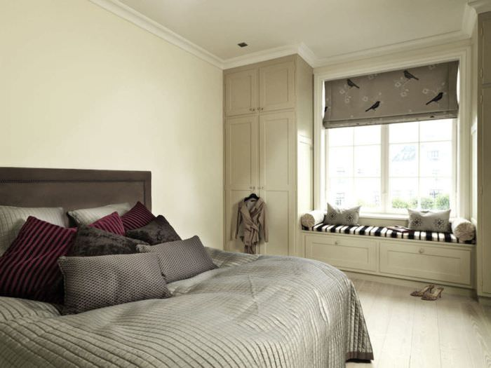 Спальня площадью в 12 квадратных метров в бежевых оттенках