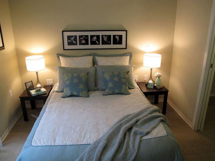 Настольные светильники и картина в дизайне спальни 12 кв метров