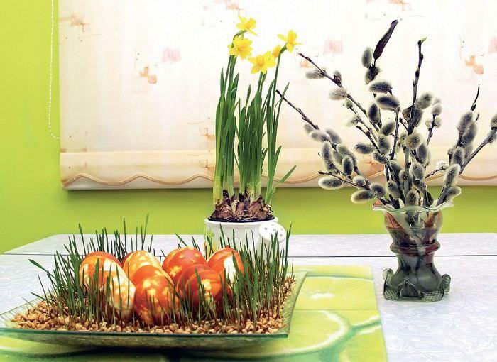 Праздничное оформление стола к Пасхе зеленью и цветами
